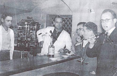 Bares - 1950 aprox - Bar Teatro Principal (Camarero, Emilio Ochando, Pepe Lorente, Francisco Ramos -operador- y Julián Lorente) en VHCR 2004 p111.jpg
