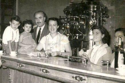 Bares - Bar Martínez, interior hacia 1953, familia y camareras (Angeles y Fina Solera).jpg