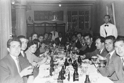 Bares - 1956-04-10 MGC Comedor del Hotel Favorita durante una cena.jpg