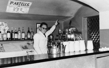 Bares - 1961-09-29 MGC Bar del Teatro Principal y Toledo, camarero.jpg