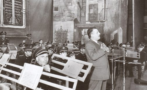 1956-05-18 Bernabeu con la Banda de Requena en el Teatro Principal.jpg
