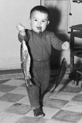 MGC 1960-04-06 033 MGB con peces (estudio).jpg