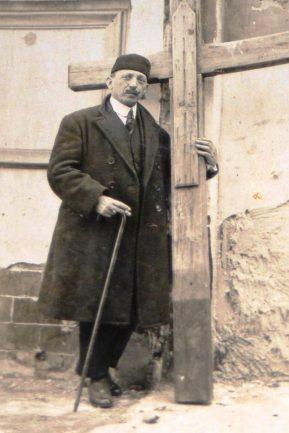 Serrano Clavero con gorro moro y abrazando una cruz (Melilla, 1924).jpg